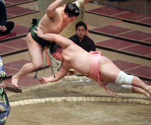 宇良(右)が押し出しで東白龍を破る(カメラ・佐々木 清勝)