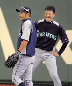 12年3月、大リーグ日本開幕戦の練習中に談笑するマリナーズ・岩隈(右)とイチロー