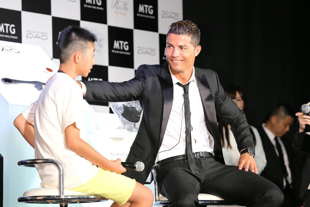 14年7月、Cロナウド(右)から声をかけられる岩岡遼太