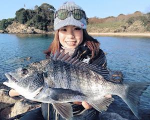 良型チヌ2ケタ釣果に大満足の山口美咲さん
