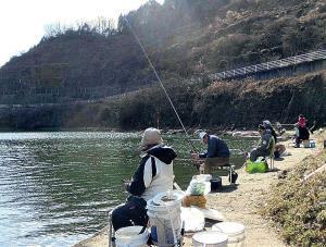 多くの釣り人でにぎわう布目ダムの焼却場跡のポイント