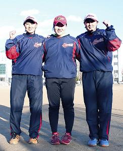 高校卒業後は別々のチームとなる山下千世(中央)と双子の姉・鈴木未歩(左)と妹・未羽(右)