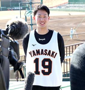 新人合同自主トレで取材に応じるドラフト2位の山崎伊織投手(球団提供)