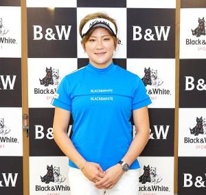 ブラック&ホワイトと新たにウェア契約した成田美寿々(同社提供)