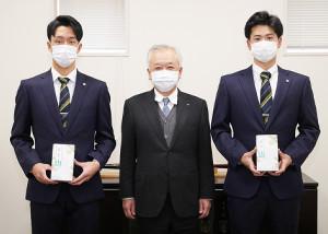 藤原オーナー(中)から成人式の記念品を授与された阪神・小幡竜平(左)と川原陸(右)=球団提供