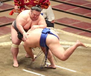 貴景勝(左)は、突き落としで琴勝峰を下す