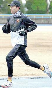 新主将となった田沢廉は、新体制初のポイント練習を前に真剣な表情でウォーミングアップ