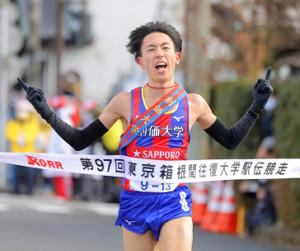 2日、往路優勝のゴールテープを切った創価大5区・三上雄太