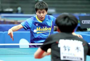 ジュニア男子決勝の第4ゲームで、鈴木颯(手前)を相手に、力強いショットを放つ浜田一輝(カメラ・岩崎 龍一)