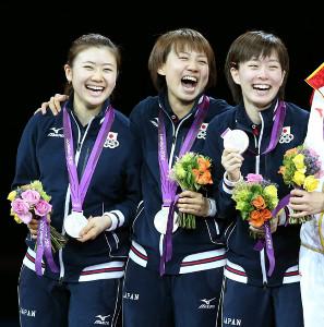 12年ロンドン五輪卓球女子団体で銀メダルを手に笑顔の(左から)福原、平野、石川