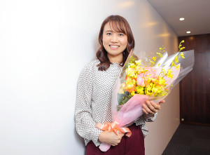 花束を手に幸せそうに笑顔を見せる平野早矢香さん(カメラ・中島 傑)