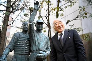 野球殿堂入りし、日本高等学校野球連盟の庭にある銅像の前で話す佐山和夫氏(代表撮影)