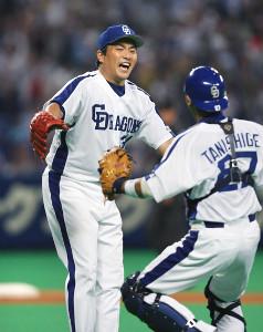 06年9月16日、中日・山本昌(左)が41歳1か月の史上最年長記録でのノーヒットノーランを達成し、谷繁元信と歓喜の抱擁