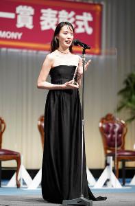 「第32回 日本ジュエリーベストドレッサー賞」30代部門で受賞した戸田恵梨香