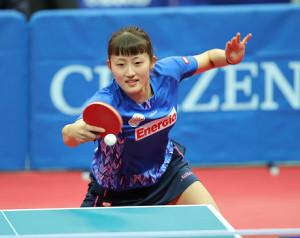 女子シングルス3回戦の第3ゲームで、ショットを放つ土田美佳(カメラ・岩崎 龍一)