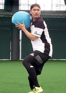 沖縄で自主トレ中の坂本勇人選手。ちょびヒゲを生やし、イメチェン!?(2021年1月14日=カメラ・球団広報提供)
