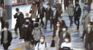 マスク姿で通勤する人たち