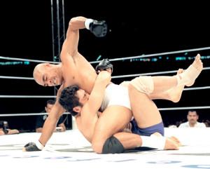 1997年10月11日、東京ドーム「PRIDE.1」でヒクソン(上)に敗れた高田延彦