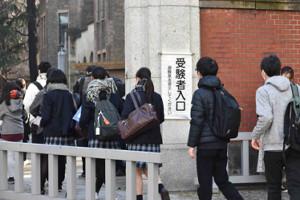 大学入学共通テスト会場に入っていく受験生