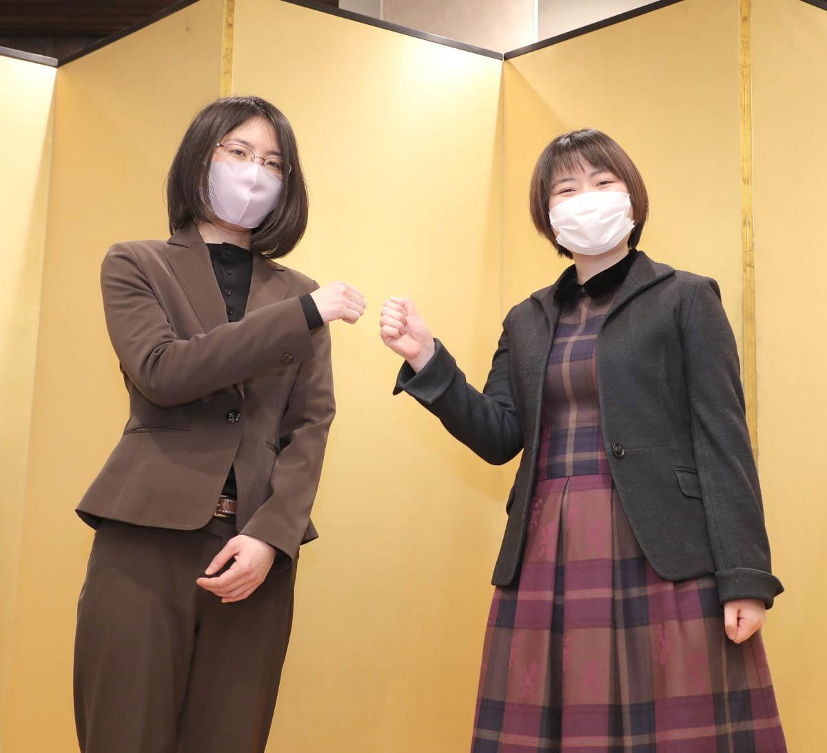 対局前日の賀詞会で健闘を誓いエアグータッチをする里見香奈女流名人(左)と挑戦者の加藤桃子女流三段