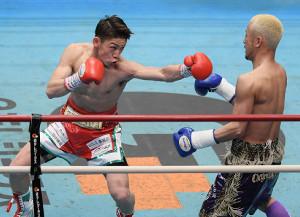 1回、飯村樹輝弥(左)は山田大輔を攻める