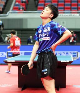 男子シングルス準々決勝で敗れた張本智和(カメラ・岩崎 龍一)