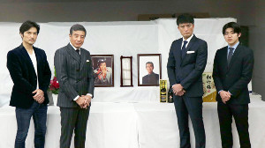 返還式に出席した(左から)池田努、舘ひろし、徳重聡、増本尚