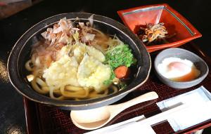 里見香奈女流名人と挑戦者の加藤桃子女流三段が昼食に注文した「豆アジ天うどん」