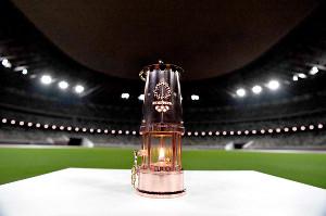 昨年7月、東京五輪のイベントで国立競技場内に置かれた聖火の入ったランタン