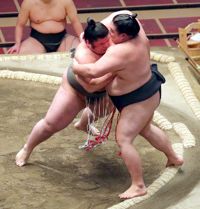 貴健斗(左)は押し出しで大翔鵬を破る