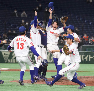 第91回都市対抗野球大会決勝で11年ぶりの優勝を決め喜ぶホンダナイン