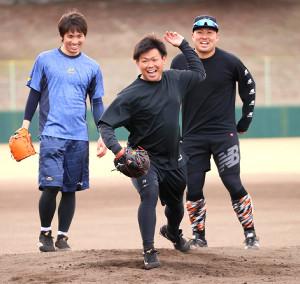 笑顔で投内連係の練習をする(左から)高橋、田口、今村