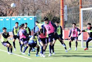 昨年末、セットプレー対策を練習する藤枝明誠高サッカー部