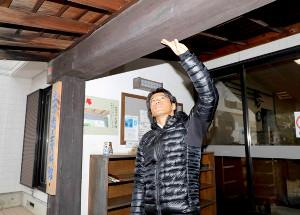 羽根田は土方の生家で使用されていた柱を触る