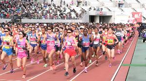 昨年、大阪国際マラソンでスタートする選手たち