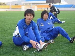 現役時代の中村氏(右)と伊藤宏樹氏(川崎フロンターレ提供)
