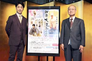 「祝祭大狂言会2021」の記者懇談会に出席した人間国宝の野村万作(右)と野村萬斎