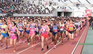 昨年大会の大阪国際女子マラソンのスタート時