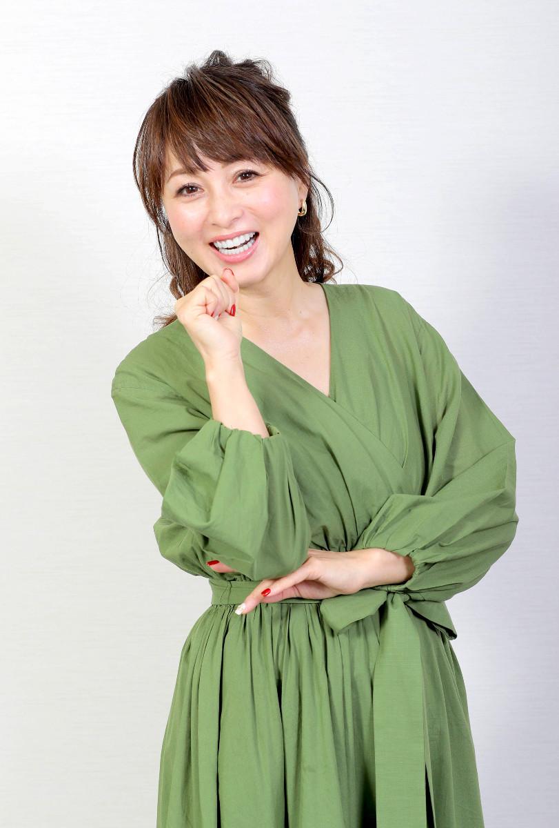 「おニャン子クラブ」のニャンニャンポーズをとる渡辺美奈代