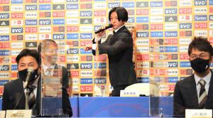新加入選手会見で一発芸を披露し、会場を盛り上げる仙台・真瀬