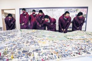 楽天の新人7選手は名取市の震災復興伝承館で被害状況を表した模型を見る(球団提供)