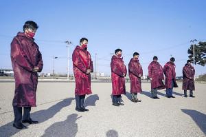 名取市の閖上地区を訪問し、黙とうする楽天の新人7選手(球団提供)