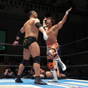 O‐カーン(左)にモンゴリアンチョップを見舞う小島聡(新日本プロレス提供)