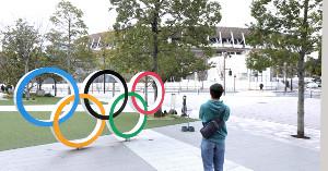 五輪のモニュメントと国立競技場