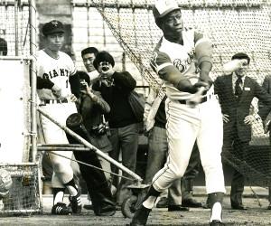 ハンク・アーロンとの本塁打競争の前に打撃練習を見つめる王貞治。二人の目力が素晴らしい。1974年11月2日撮影