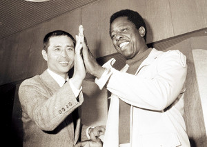 対戦前のイベントで王(左)と手を合わせるアーロン(1974年11月1日)