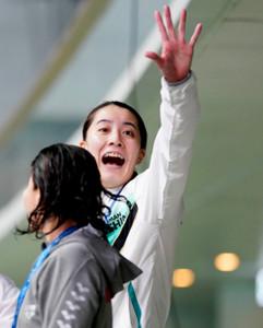女子400メートル個人メドレーで優勝し笑顔で手を振る大橋(代表撮影)