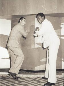 バッティングのポーズをとるハンク・アーロン選手(右)と巨人の王貞治選手。1974年11月撮影