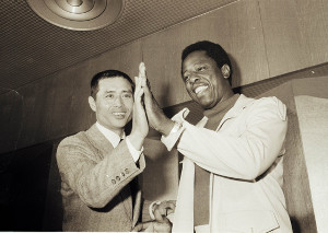 手の大きさを比べるハンク・アーロン(右)と巨人の王貞治(74年撮影)
