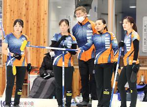 1月16日、北海道選手権で作戦を立てるロコ・ステラ(右から2人目が本橋)